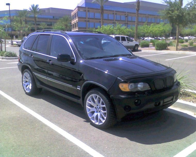 Presents a front right view 2000 BMW X5 SUV Picture