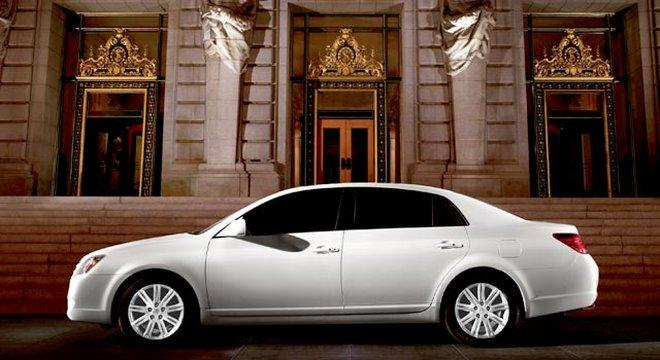 Presents a left side white 2006 Toyota Avalon Car Picture