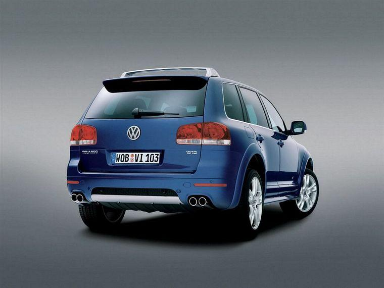 Rear right blue 2005 Volkswagen Touareg W12 Sport Picture